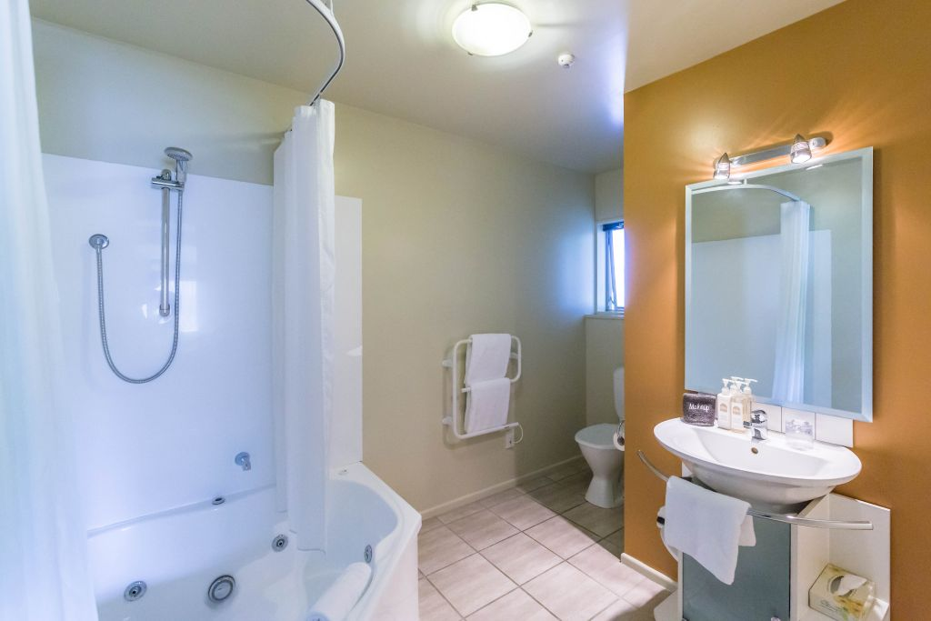 Spa Bath Shower and Toilet Ensuite - Roma On Riccarton Road Motel